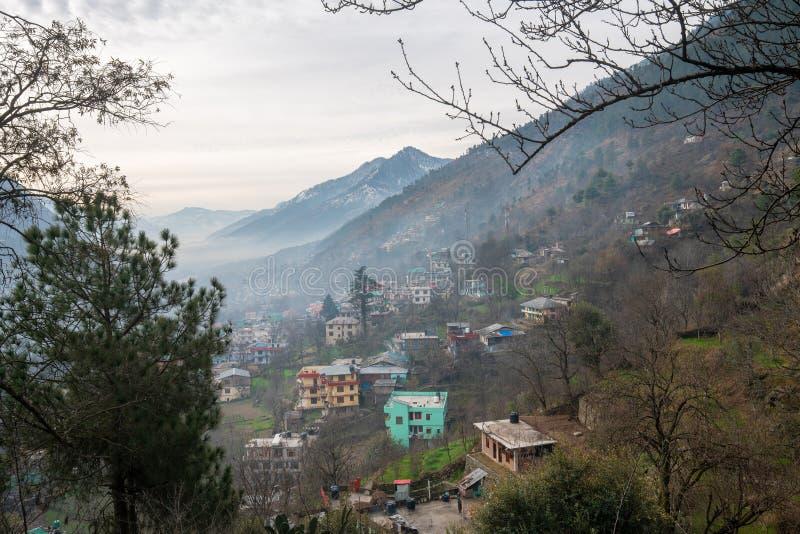 Дома на крутой склоне горы Город Куллу Индия стоковое изображение