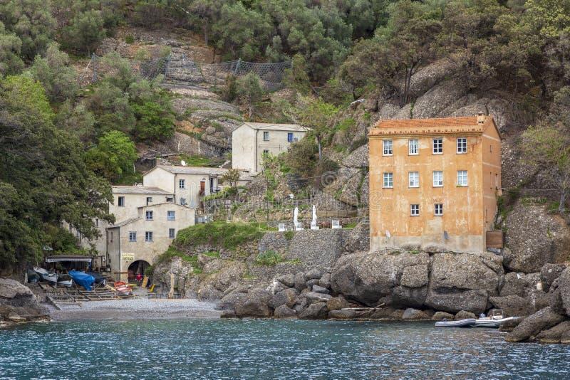 Дома около моря на монастыре Сан Fruttoso, Италии стоковая фотография