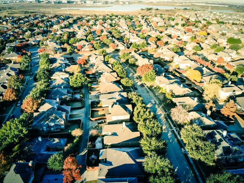 Дома подразделения берега озера взгляда сверху жилые с красочными листьями осени около Даллас, Техаса стоковое изображение