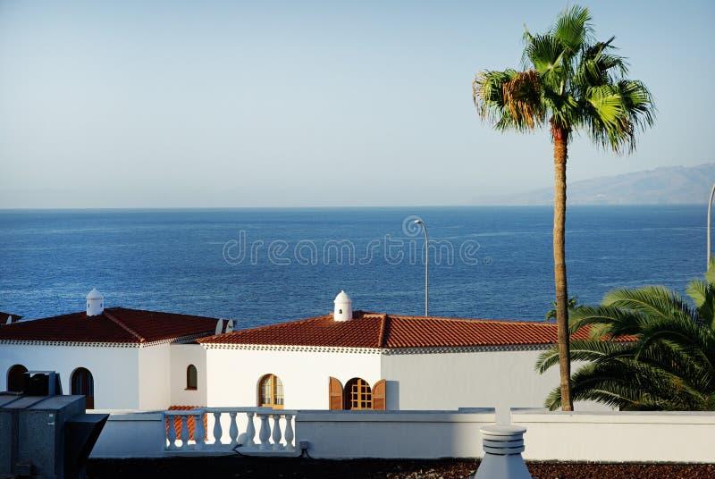 Дома приближают к береговой линии стоковые фотографии rf
