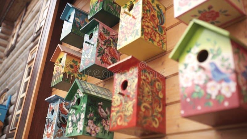 дома птицы цветастые Handmade деревянный birdhouse на доме журнала Birdhouses на стене район Деревянный birdhouse внутри стоковое фото rf