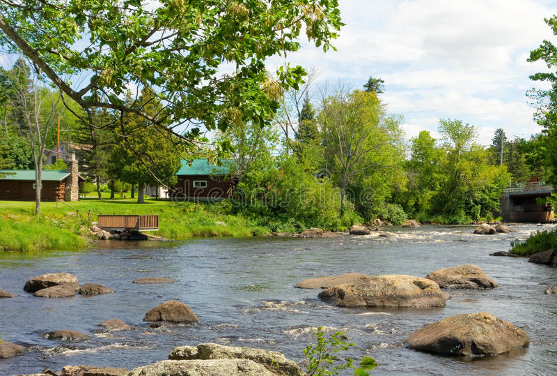 Дома рекой в северной Канаде стоковое фото