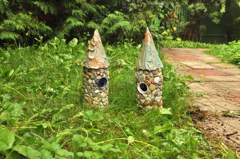 2 дома сказки, башни стоят в траве стоковое фото
