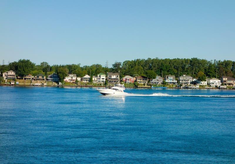 Дома ставя точки берега Lake Superior стоковое изображение rf