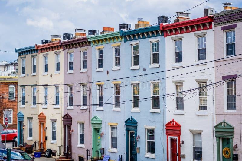 Дома строки вдоль бульвара Schuylkill в Филадельфии, Пенсильвании стоковая фотография rf