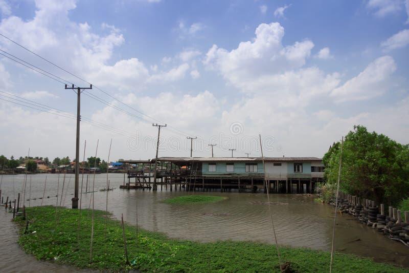 Дома ходулей построенные над рекой на Таиланде стоковая фотография rf