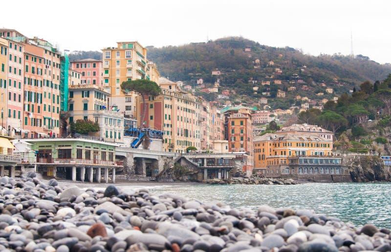 Дома Camogli и камешки пляжа стоковое изображение