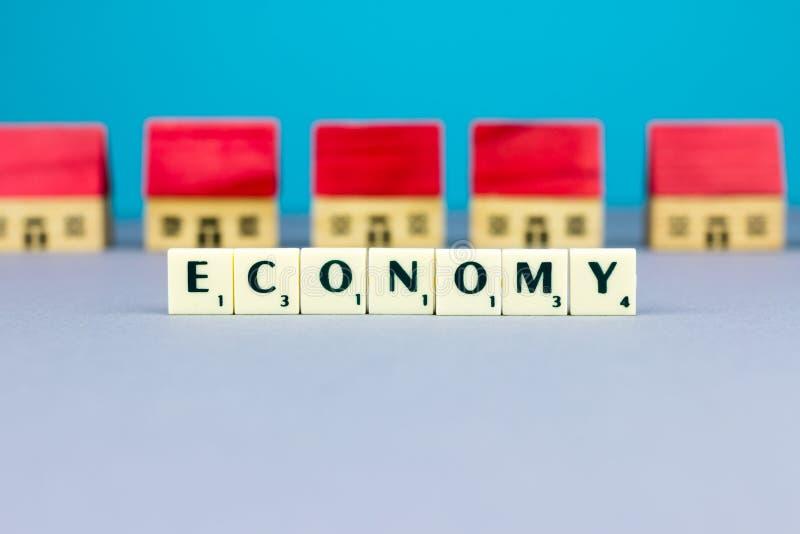 Дома Figurine с знаком экономики стоковая фотография rf