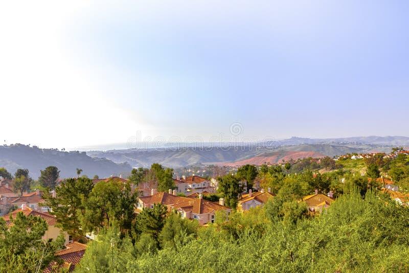 Дома San Clemente с прибрежными взглядами стоковые фото