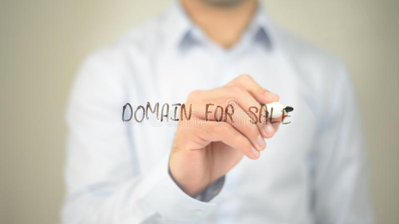 Домен для продажи, сочинительство человека на прозрачном экране стоковое фото rf
