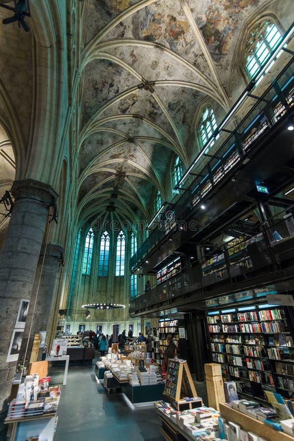 Доминиканская церковь и современный bookstore стоковые изображения rf