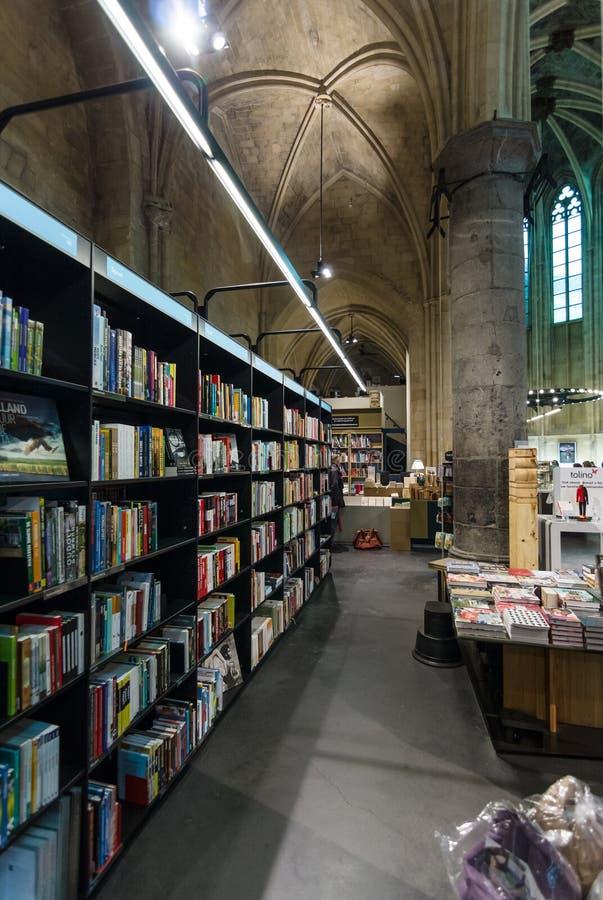 Доминиканская церковь и современный bookstore стоковые изображения