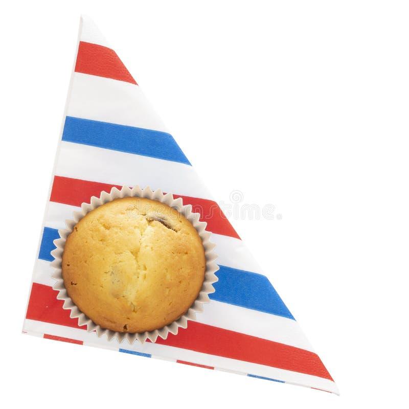 Домодельная булочка плода, пирожное на красном белом и голубом serviette, салфетке на плите, изолированной на белизне Небольшой и стоковые фотографии rf