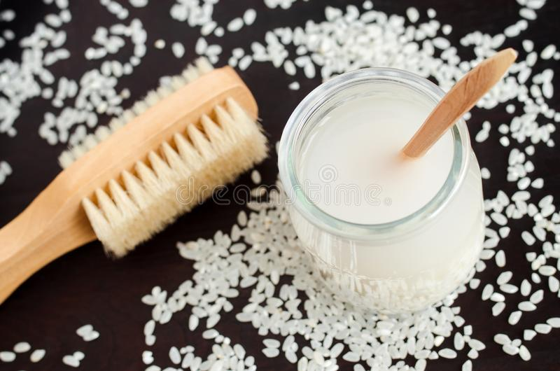 Домодельная вода риса - естественный тонер для кожи и ухода за волосами Косметики Diy стоковое изображение rf