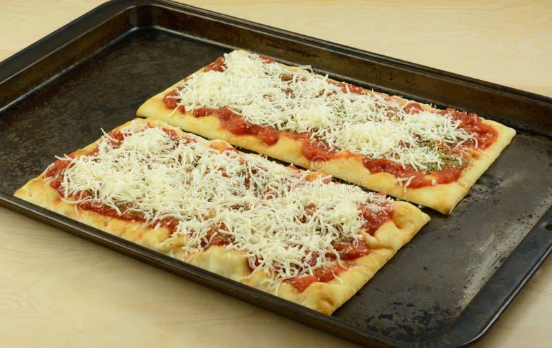 Домодельная пицца на flatbread стоковое изображение rf