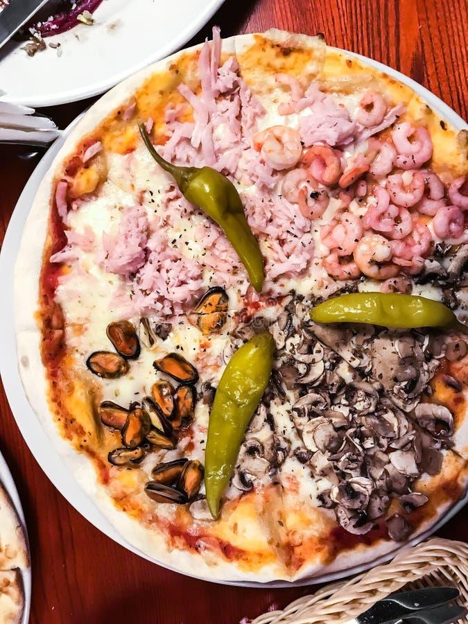 Домодельная пицца с морепродуктами стоковая фотография rf