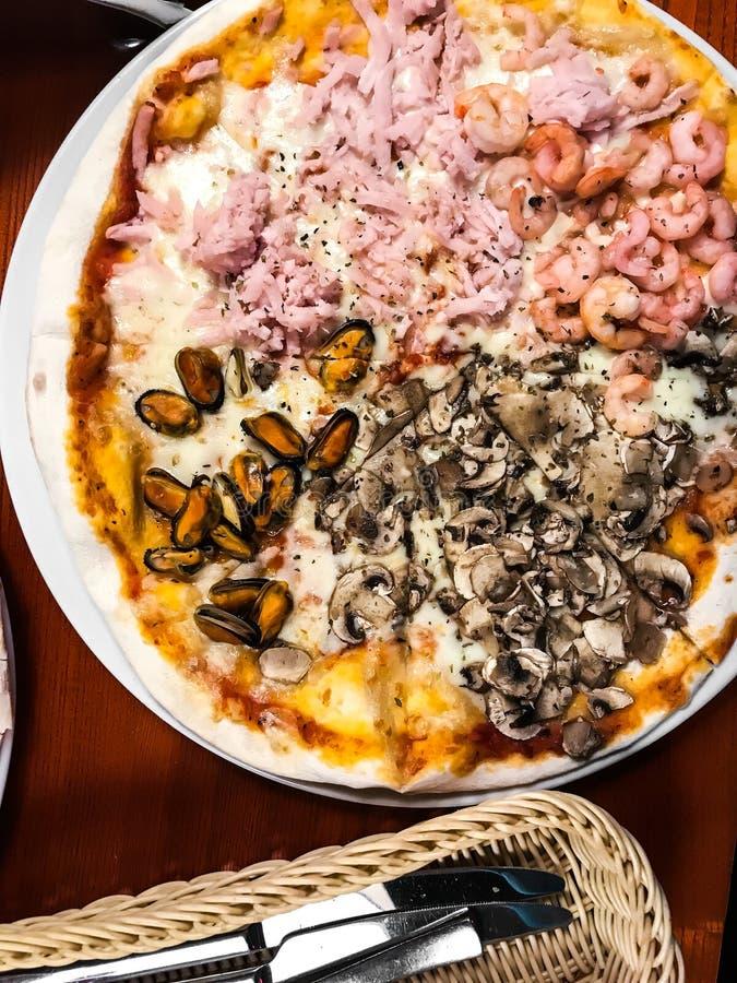 Домодельная пицца с морепродуктами стоковая фотография