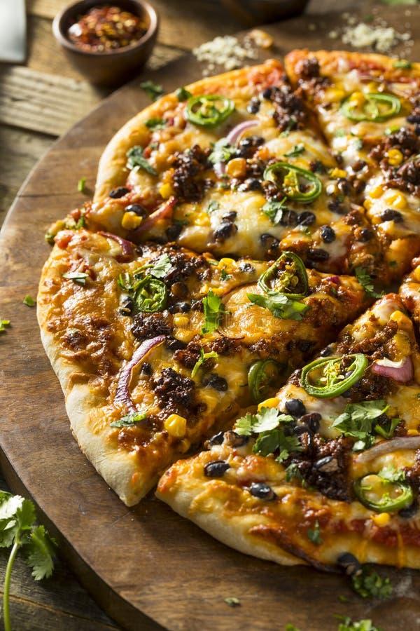 Домодельная пряная мексиканская пицца тако стоковая фотография