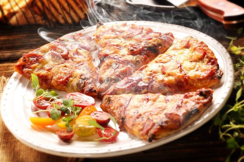 Домодельная свежая пицца с томатами, сыром и грибами на древесине стоковые изображения