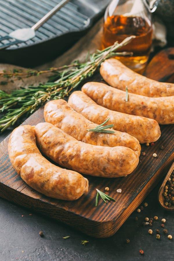 Домодельная сырцовая сосиска стоковая фотография rf