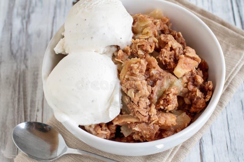Домодельная хрустящая корочка Яблока или крошить покрытый с ванильным мороженым стоковые изображения rf