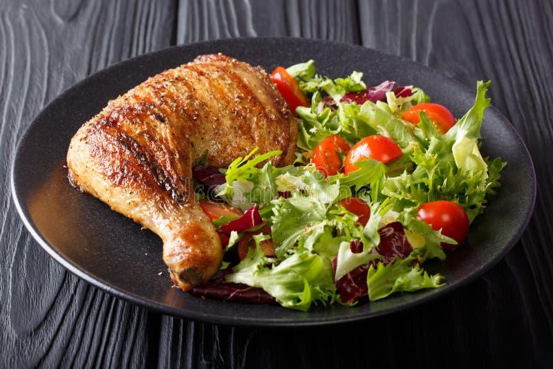 Домодельное барбекю: зажаренная нога цыпленка с sala свежего овоща стоковая фотография rf