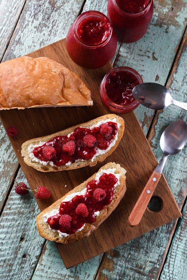 Домодельное варенье ягоды с свежими полениками и смородинами на ciabat стоковое фото rf