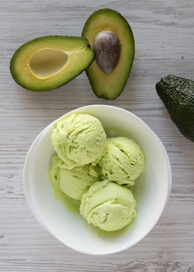 Домодельное вкусное мороженое в шаре, взгляд авокадоа сверху Надземное, плоское положение : стоковые изображения rf