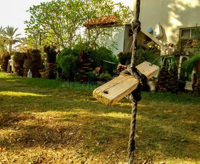 Домодельное качание стойки сделанное панели веревочки и древесины, в заплате g стоковая фотография rf