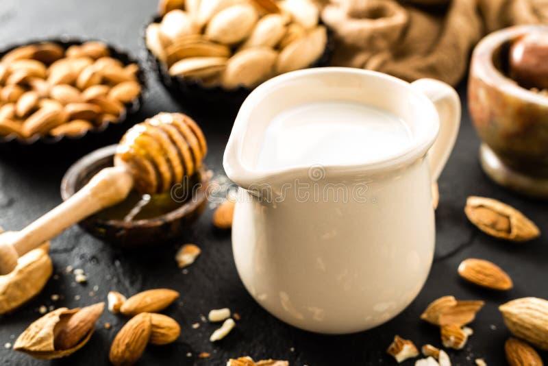 Домодельное молоко миндалины в кувшине Молоко и миндалины миндалины стоковая фотография