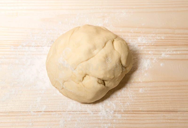 Домодельное тесто с мукой на деревянной предпосылке Тесто на предпосылке с местом для copispeysa Домодельные торты, хлеб, стоковое изображение rf