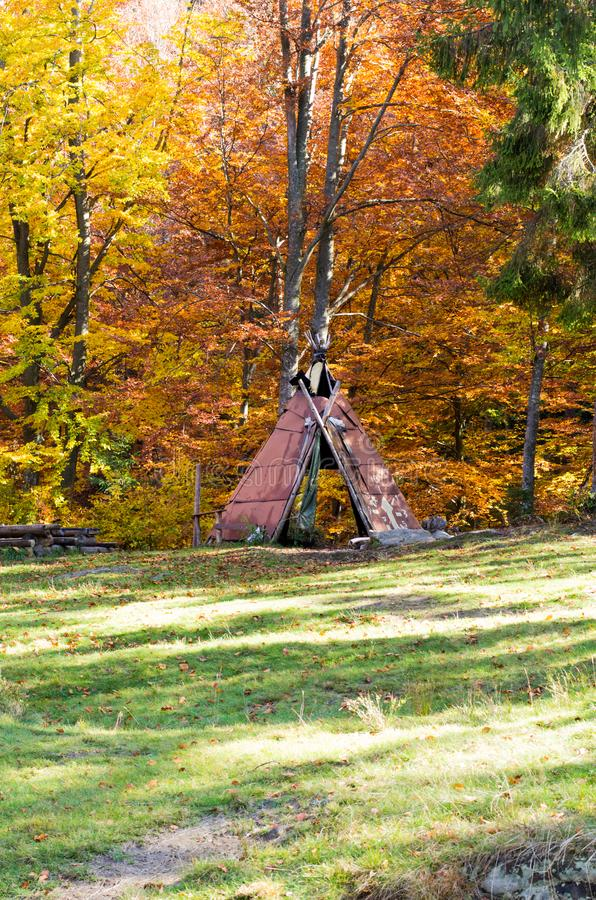 Домодельное укрытие от дождя Домодельное газебо Укрытие в лесе стоковые изображения