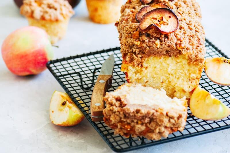 Домодельное яблоко крошит торт служило на коммуникационном проводе на белом sto стоковые фото