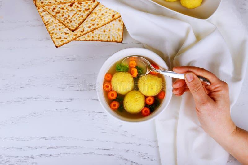 Домодельные вареники шарика мацы с петрушкой для еврейской пасхи стоковое изображение