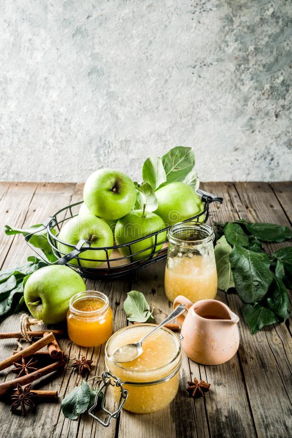 Домодельные варенье или соус яблока стоковые изображения rf
