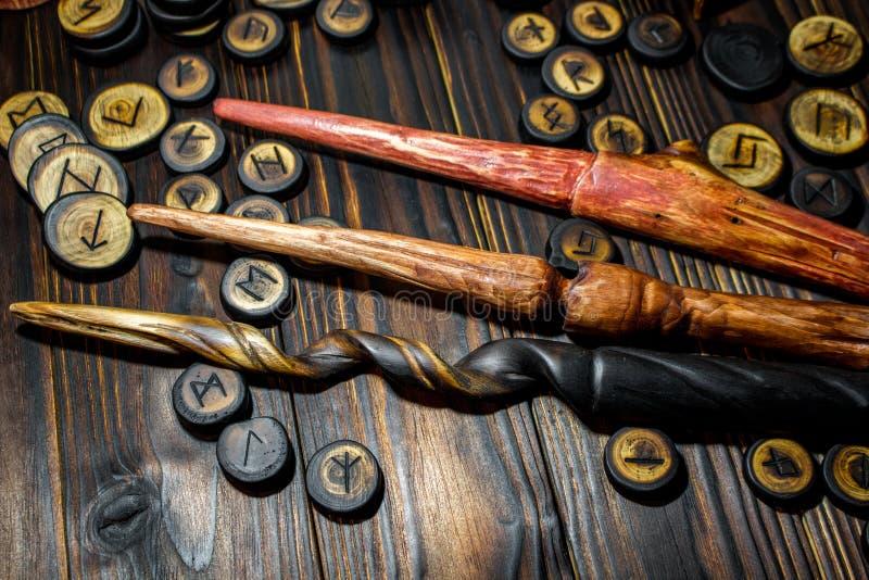 Домодельные волшебные палочки и деревянные runes стоковое изображение