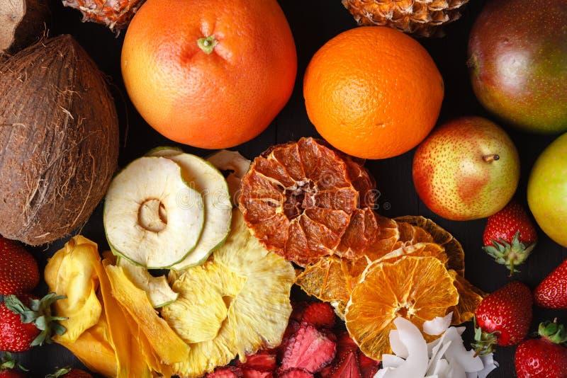 Домодельные высушенные ягоды и плодоовощи, сбор на зима: apric стоковые изображения rf