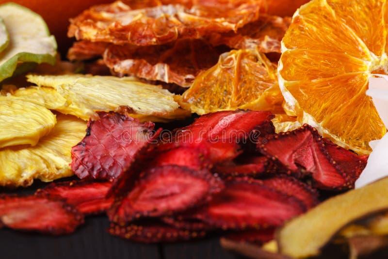 Домодельные высушенные ягоды и плодоовощи, сбор на зима: apric стоковое изображение rf
