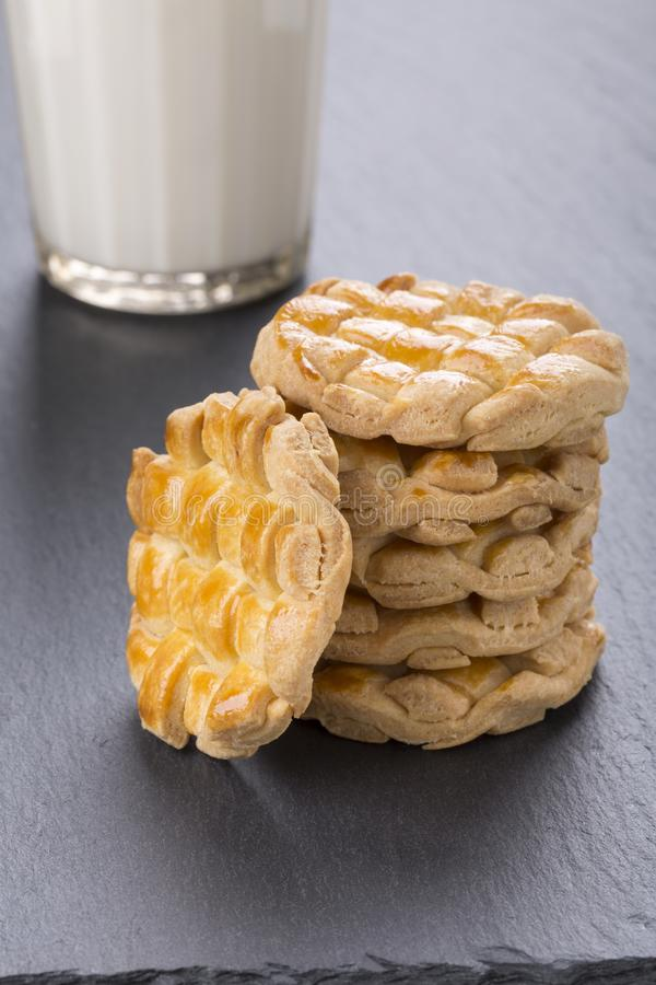 Домодельные заплетенные печенья со стеклом молока стоковое изображение rf