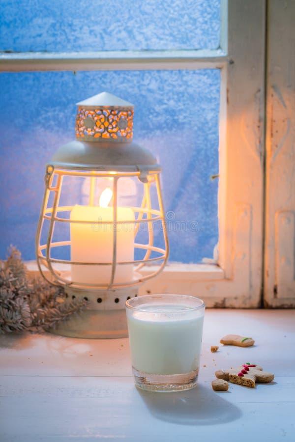 Домодельные и сладостные печенья рождества с молоком и голубым окном стоковые фото