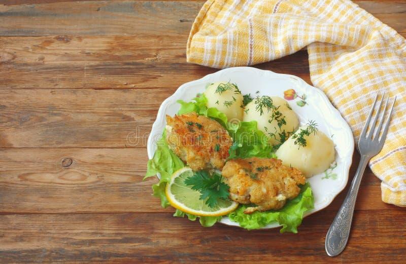 Домодельные котлеты рыб с картошками в плите стоковое фото rf