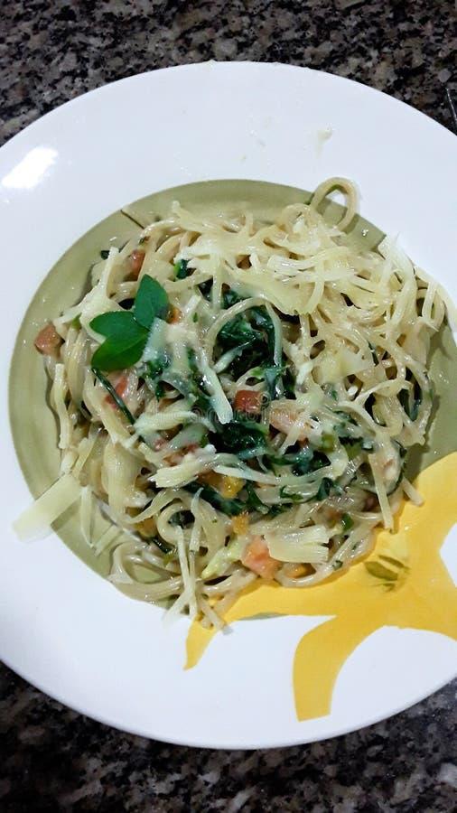 Домодельные макаронные изделия овоща, обедающий семьи стоковое изображение