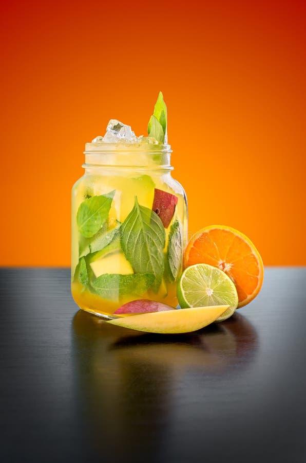 Домодельные манго и лимонад базилика стоковое фото rf