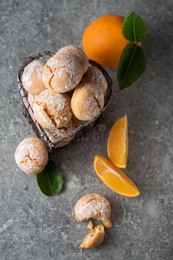 Домодельные оранжевые печенья crinkle с напудренной замороженностью сахара в sma стоковые фото