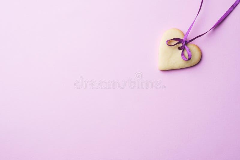 Домодельные печенья в форме сердца на пастельной розовой предпосылке скопируйте космос день ` s валентинки концепции стоковые фотографии rf