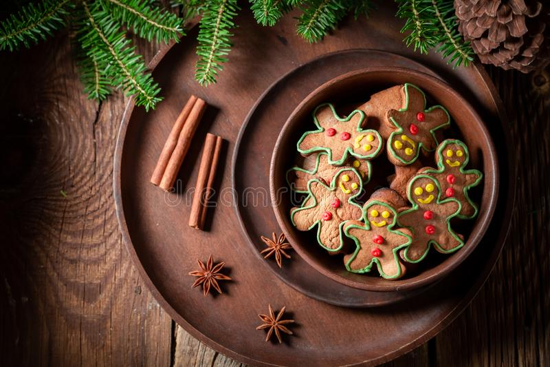 Домодельные печенья в форме человека на деревенском подносе стоковые фотографии rf