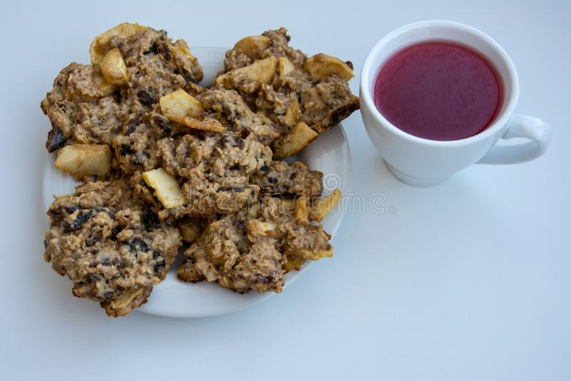 Домодельные печенья овсяной каши на плите с крышкой компота клюквы стоковое фото