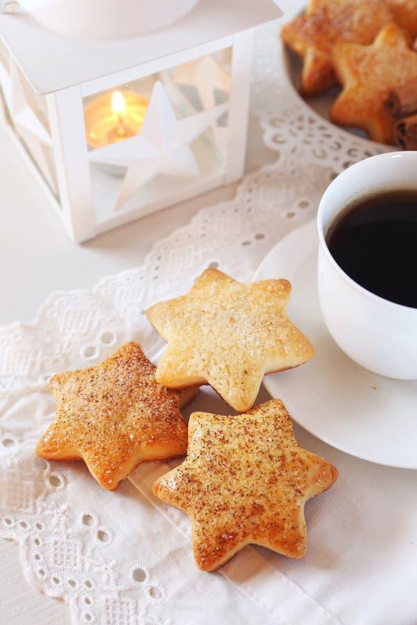 Домодельные печенья рождества, кофе и белый фонарик стоковая фотография rf