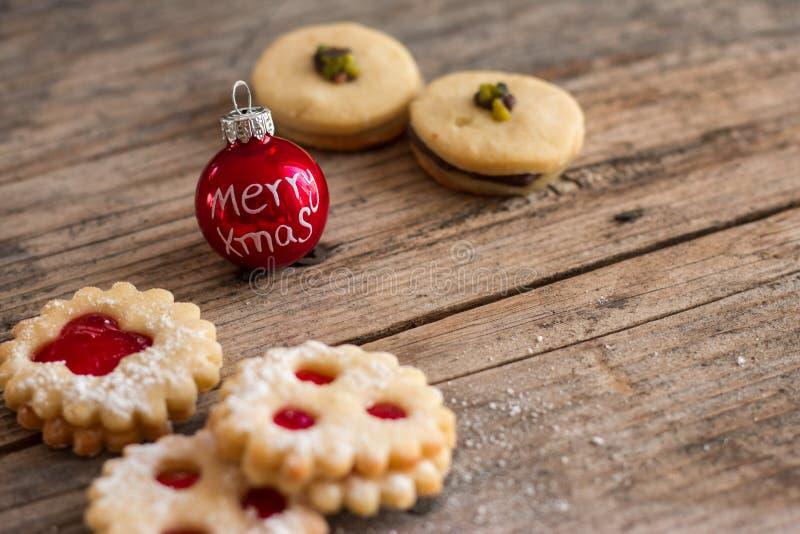 Домодельные печенья рождества: Очень вкусные печенья, напудренный сахар и безделушка рождества на деревенском деревянном столе стоковая фотография rf