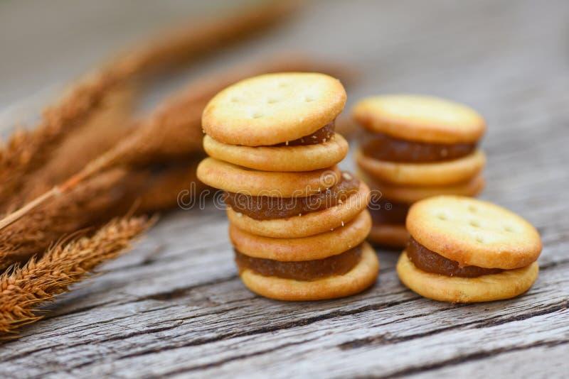 Домодельные печенья с ананасом варенья - печенья печениь на деревянном для шутихи закуски стоковое фото rf